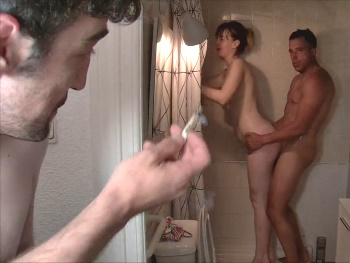 A la caza de Denise. Pillada en la ducha y follada por detrás!